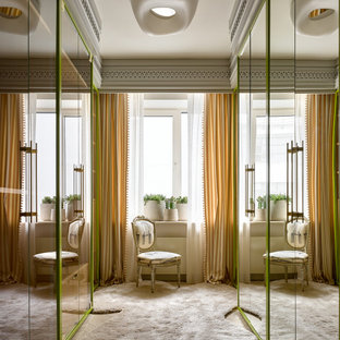 Eklektischer Begehbarer Kleiderschrank mit flächenbündigen Schrankfronten, Teppichboden und beigem Boden in Moskau