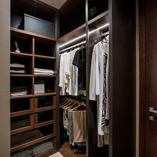Imagen de armario vestidor unisex, actual, pequeño, con armarios tipo vitrina, puertas de armario de madera en tonos medios y suelo de madera en tonos medios