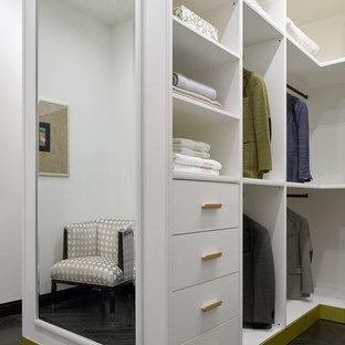Imagen de armario vestidor unisex, clásico renovado, grande, con armarios con paneles lisos, puertas de armario blancas, suelo negro y suelo de madera oscura