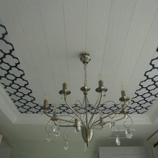 サンクトペテルブルクの中くらいのトラディショナルスタイルのおしゃれな収納・クローゼット (折り上げ天井) の写真