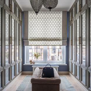 На фото: гардеробные комнаты унисекс в стиле современная классика с фасадами с утопленной филенкой, серыми фасадами, паркетным полом среднего тона и коричневым полом