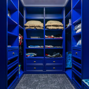 Свежая идея для дизайна: гардеробная комната в стиле современная классика с фасадами с утопленной филенкой, синими фасадами и черным полом - отличное фото интерьера