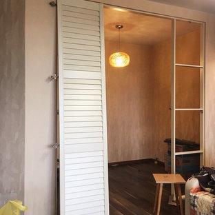 Ejemplo de armario vestidor clásico, grande, con armarios con puertas mallorquinas, puertas de armario beige, suelo laminado y suelo marrón