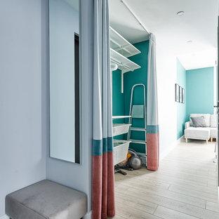 Стильный дизайн: гардеробная комната в скандинавском стиле с открытыми фасадами, светлым паркетным полом и бежевым полом - последний тренд