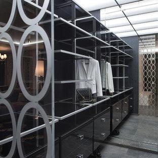 На фото: гардеробная комната в современном стиле с плоскими фасадами и черными фасадами для женщин или мужчин с
