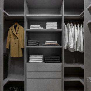 Идея дизайна: большая гардеробная в скандинавском стиле с светлым паркетным полом и бежевым полом