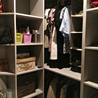 Imagen de armario vestidor unisex, industrial, pequeño, con armarios abiertos, puertas de armario grises, suelo vinílico y suelo gris