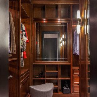 Неиссякаемый источник вдохновения для домашнего уюта: парадная гардеробная среднего размера, унисекс в стиле современная классика с открытыми фасадами, фасадами цвета дерева среднего тона, ковровым покрытием и серым полом