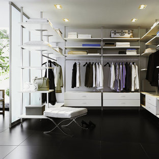 Modelo de armario vestidor unisex, contemporáneo, grande, con armarios abiertos, suelo laminado y suelo negro