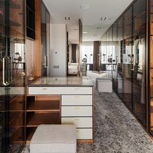 Неиссякаемый источник вдохновения для домашнего уюта: парадная гардеробная унисекс в современном стиле с стеклянными фасадами и серым полом