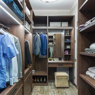 Exempel på ett modernt omklädningsrum för könsneutrala, med öppna hyllor, skåp i mörkt trä och flerfärgat golv