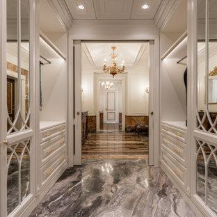 Modelo de armario vestidor unisex y casetón, tradicional, grande, con armarios con paneles con relieve, puertas de armario blancas, suelo de mármol y suelo gris