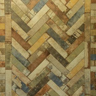 他の地域の中くらいのラスティックスタイルのおしゃれな収納・クローゼット (インセット扉のキャビネット、白いキャビネット、セラミックタイルの床、緑の床) の写真