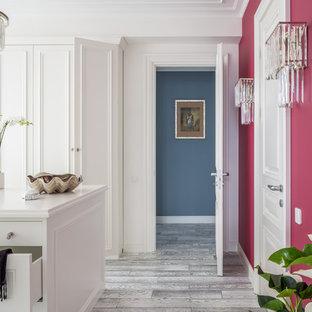 Foto de armario y vestidor clásico renovado con puertas de armario blancas