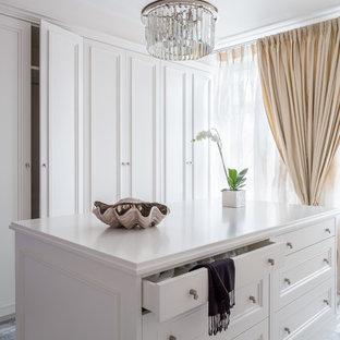Свежая идея для дизайна: парадная гардеробная в стиле современная классика с фасадами с утопленной филенкой, белыми фасадами и серым полом - отличное фото интерьера