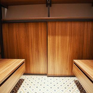 Foto de armario vestidor contemporáneo, pequeño, con suelo de baldosas de cerámica