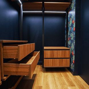Idee per una piccola cabina armadio design con pavimento con piastrelle in ceramica