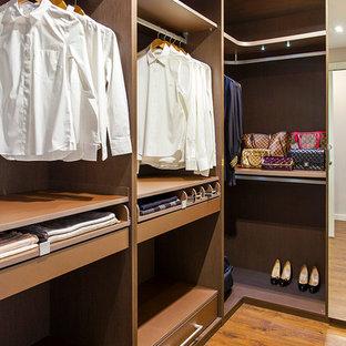Modelo de armario vestidor unisex, clásico renovado, de tamaño medio, con armarios abiertos