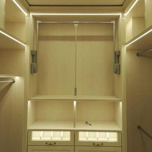 Foto di una cabina armadio chic di medie dimensioni con nessun'anta e ante in legno chiaro
