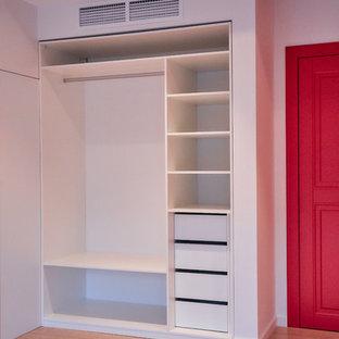 Diseño de armario y vestidor nórdico de tamaño medio