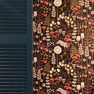 Foto de armario vestidor escandinavo, grande, con armarios con puertas mallorquinas, puertas de armario azules, suelo laminado y suelo beige