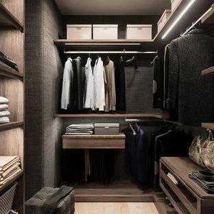 Diseño de armario vestidor unisex, escandinavo, de tamaño medio, con armarios con paneles lisos, puertas de armario de madera oscura, suelo de madera clara y suelo beige
