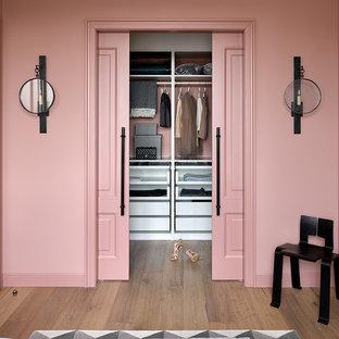Неиссякаемый источник вдохновения для домашнего уюта: гардеробная комната в стиле современная классика с белыми фасадами, паркетным полом среднего тона, коричневым полом и открытыми фасадами для женщин