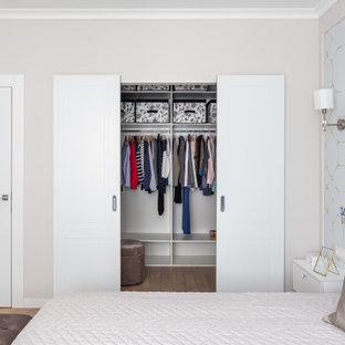 Идея дизайна: шкаф в нише унисекс в современном стиле