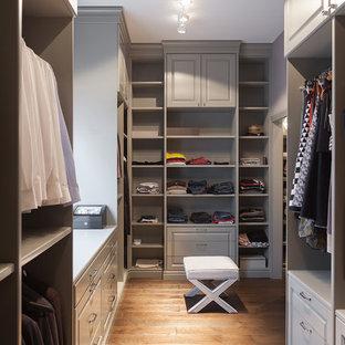 Новый формат декора квартиры: большая парадная гардеробная в стиле современная классика с серыми фасадами, паркетным полом среднего тона и открытыми фасадами для женщин или мужчин