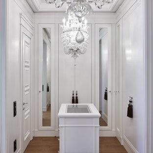Идея дизайна: парадная гардеробная унисекс в стиле современная классика с плоскими фасадами, белыми фасадами, паркетным полом среднего тона и коричневым полом