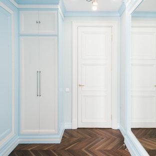 Idéer för ett stort klassiskt walk-in-closet för män, med luckor med infälld panel, blå skåp, mörkt trägolv och brunt golv