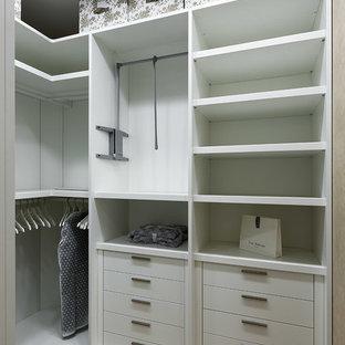Новый формат декора квартиры: гардеробная комната среднего размера в современном стиле с плоскими фасадами, белыми фасадами, бежевым полом и светлым паркетным полом для женщин или мужчин
