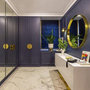 На фото: гардеробная комната в современном стиле с белым полом с