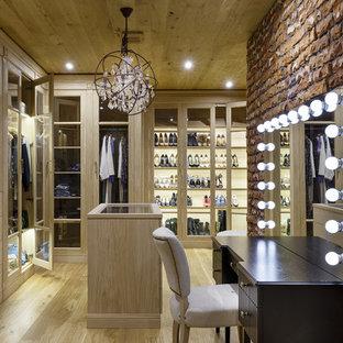 Foto di uno spazio per vestirsi unisex industriale con ante lisce, ante in legno chiaro, parquet chiaro e pavimento beige
