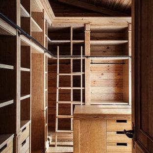 Imagen de vestidor unisex, rústico, con armarios con paneles lisos, puertas de armario de madera oscura y suelo de madera clara