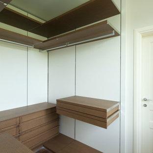 Idee per una cabina armadio unisex design di medie dimensioni con nessun'anta, ante in legno scuro e pavimento in legno massello medio