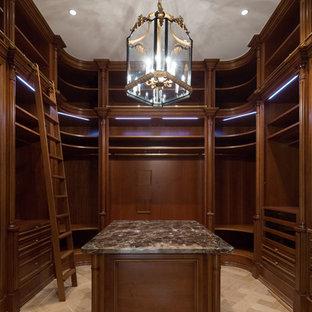 Неиссякаемый источник вдохновения для домашнего уюта: огромная гардеробная комната в классическом стиле с открытыми фасадами, фасадами цвета темного дерева, паркетным полом среднего тона и бежевым полом