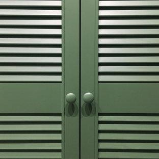 Ejemplo de armario unisex, actual, pequeño, con armarios con puertas mallorquinas