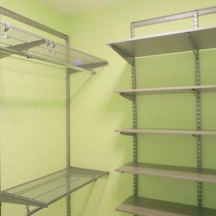 Immagine di una piccola cabina armadio unisex minimal con nessun'anta, ante grigie, pavimento in vinile e pavimento beige