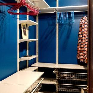Réalisation d'un petit dressing design neutre avec un placard sans porte, des portes de placard blanches, un sol en liège et un sol marron.