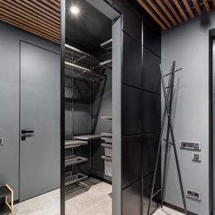 На фото: гардеробная комната в современном стиле с открытыми фасадами и бежевым полом для мужчин