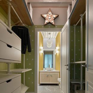 Kleiner, Neutraler Moderner Begehbarer Kleiderschrank mit weißen Schränken, Betonboden, weißem Boden und flächenbündigen Schrankfronten in Moskau