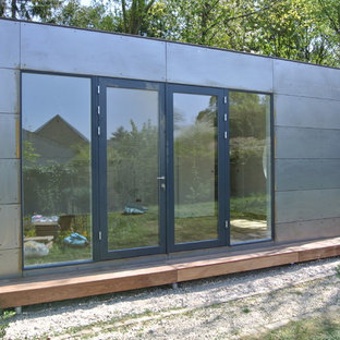 Inspiration for a mid-sized industrial detached granny flat in Munich.