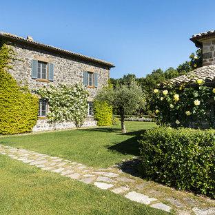 Immagine di un giardino formale country dietro casa con un ingresso o sentiero e pavimentazioni in pietra naturale