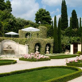Ispirazione per un giardino formale classico esposto in pieno sole in estate con fontane e ghiaia