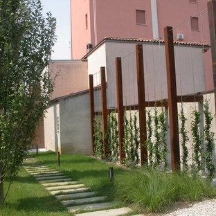 Idee per un piccolo vialetto design davanti casa con un ingresso o sentiero