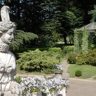 Idéer för att renovera en mycket stor vintage trädgård i full sol på våren, med naturstensplattor