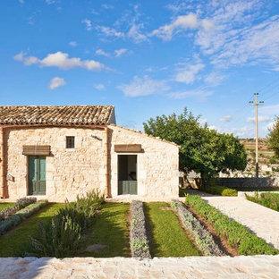 Esempio di un orto in giardino mediterraneo esposto a mezz'ombra di medie dimensioni e nel cortile laterale in estate con pavimentazioni in mattoni