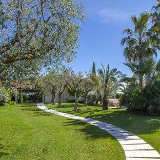 Ispirazione per un grande giardino formale mediterraneo davanti casa in estate con un ingresso o sentiero