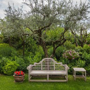 Esempio di un giardino country dietro casa